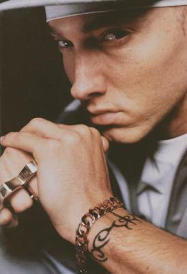 Eminem avec poing américain